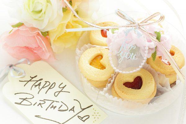 必ず喜ばれる!誕生日に贈るケーキ以外のおすすめスイーツ|もらって嬉しいお菓子以外のギフトもご紹介